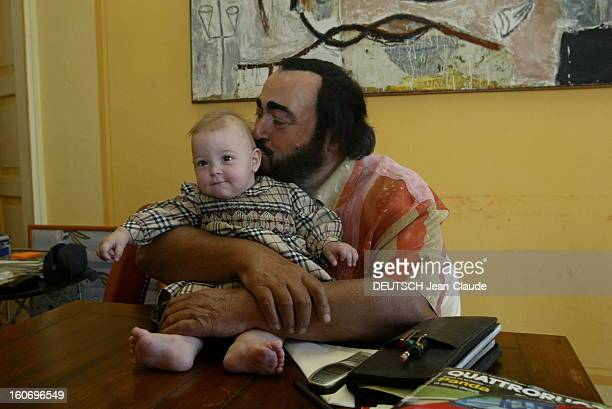 Rendezvous With Luciano Pavarotti At Home In Italy. Luciano PAVAROTTI chez lui à MODENA assis à une table sur laquelle se trouve sa fille Alice qu'il...