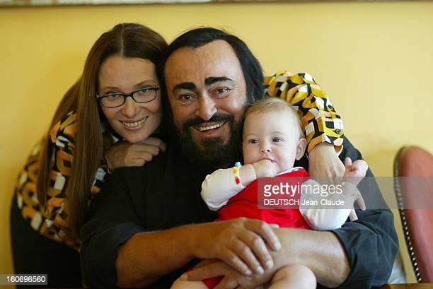 Rendezvous With Luciano Pavarotti At Home In Italy Luciano PAVAROTTI posant avec son épouse Nicoletta et leur fille Alice dans leur maison de Modena