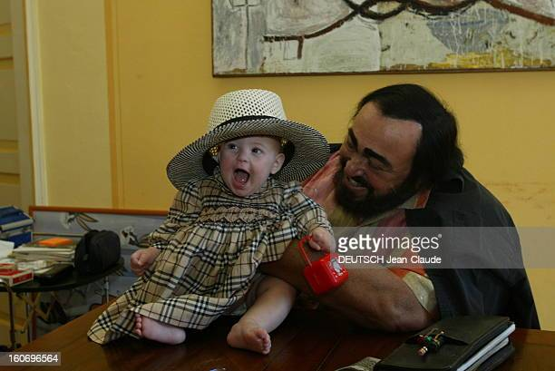 Rendezvous With Luciano Pavarotti At Home In Italy. Luciano PAVAROTTI chez lui à MODENA assis à une table sur laquelle se trouve sa fille Alice...