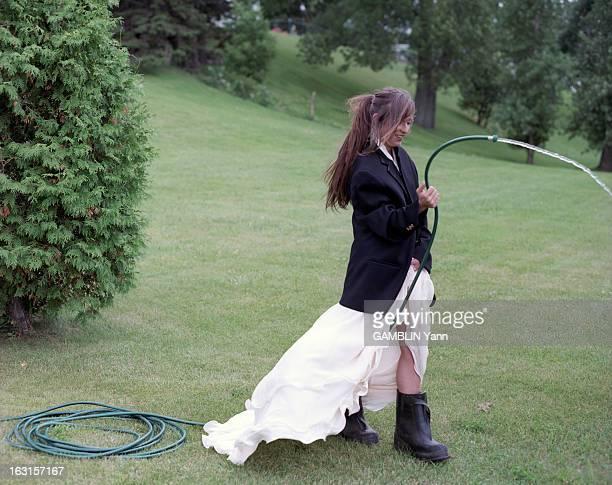 Rendezvous With Lynda Lemay At Home In Quebec Au Québec en juillet 2000 portrait de La chanteuse Lynda LEMAY chez elle dans le jardin de sa maison au...