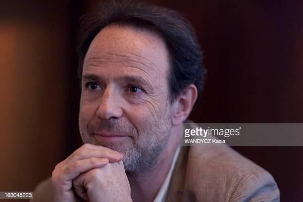 Rendezvous With Marc Levy Plan moyen de Marc LEVY auteur du livre 'Si c'était à refaire' aux éditions Robert Laffont assis à une table du café...