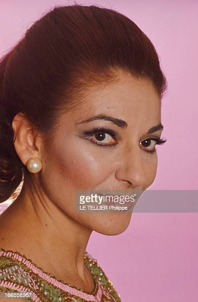 Rendezvous With Maria Callas. Photo studio : portrait souriant de Maria CALLAS.