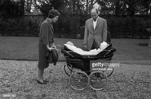 Rendezvous With Maria Pia De Savoie Her Husband Alexander Of Yugoslavia And Their Twins Mars 1959 portrait de famille avec Maria Pia et son mari...