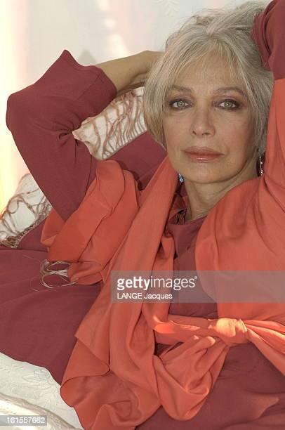 Rendezvous With Marie Laforet Attitude de Marie LAFORET les bras derrière la tête chez elle à PARIS