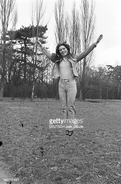 Rendezvous With Mariefrance Pisier En France le 10 janvier 1973 dans un parc portrait de l'actrice MarieFrance PISIER sautant en l'air bras levés