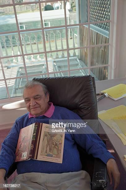 Rendezvous With Mario Puzo EtatsUnis 10 décembre 1996 l'écrivain américain Mario PUZO dans sa maison Assis à son bureau un livre de contes posé sur...