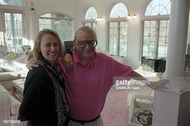 Rendezvous With Mario Puzo EtatsUnis 10 décembre 1996 l'écrivain américain Mario PUZO dans sa maison posant avec la journaliste de Paris Match Dany...
