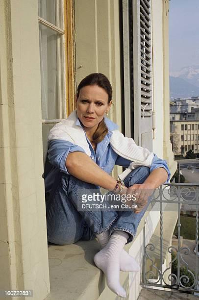 Rendezvous With Martha Keller In Vevey Vevey mars 1984 Portrait de l'actrice Marthe KELLER assise sur le rebord de la fenêtre