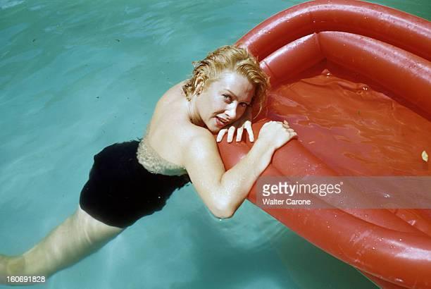 Rendezvous With Martine Carol In Rome A Rome portrait de l'actrice Martine CAROL en maillot de bain noir dans l'eau d'une piscine appuyée contre un...