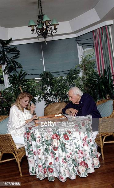 Rendezvous With Melina Mercouri And Jules Dassin A Athènes chez eux Melina MERCOURI et Jules DASSIN jouant au Baggamon