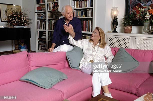 Rendezvous With Melina Mercouri And Jules Dassin A Athènes dans leur salon Melina MERCOURI asisse dans un canapé et Jules DASSIN