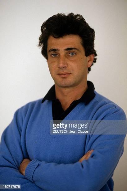 Rendezvous With Michel Boujenah. Novembre 1985- Portrait de Michel BOUJENAH posant en studio bras croisés.