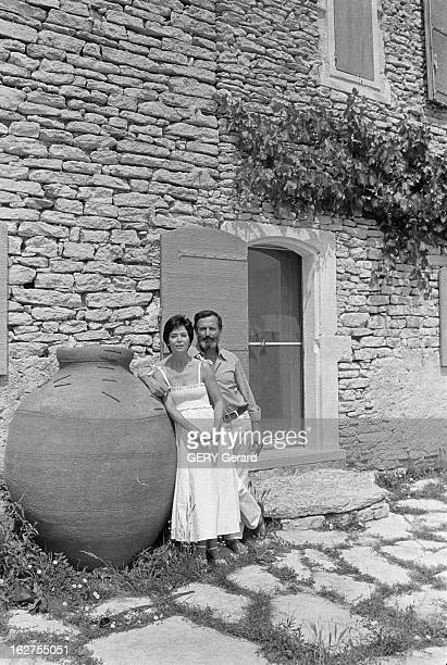 Rendezvous With Michel Drach And His Wife MarieJose Nat France Gordes 25 juillet 1977 Le réalisateur français Michel DRACH a épouse l'actrice...