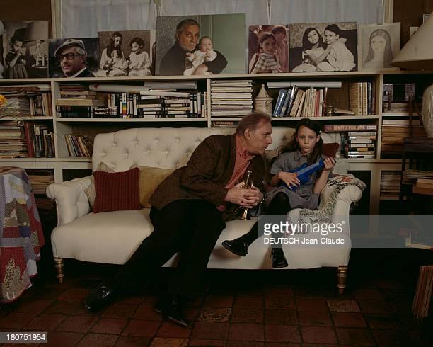 Rendezvous With Michel Serrault With Familly Dans sa maison de Neuilly Michel SERRAULT et sa petitefille GWENDOLINE assis dans un canapé