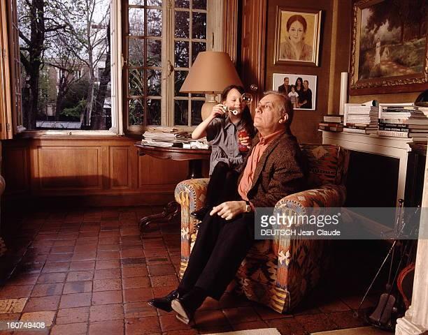 Rendezvous With Michel Serrault With Familly Michel SERRAULT chez lui à Neuilly avec sa petitefille Gwendoline 6 ans et demi qui fait des bulles de...