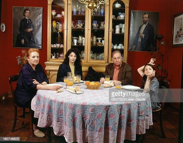 Rendezvous With Michel Serrault With Familly Michel SERRAULT déjeunant dans la salle à manger de sa maison de Neuilly avec son épouse Nita sa fille...