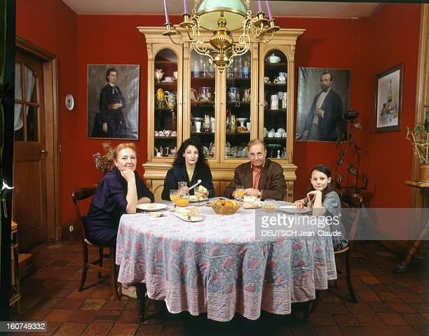 Rendezvous With Michel Serrault With Familly Michel SERRAULT déjeunant dans la salle à manger de sa maison de NEUILY avec son épouse Nita leur fille...