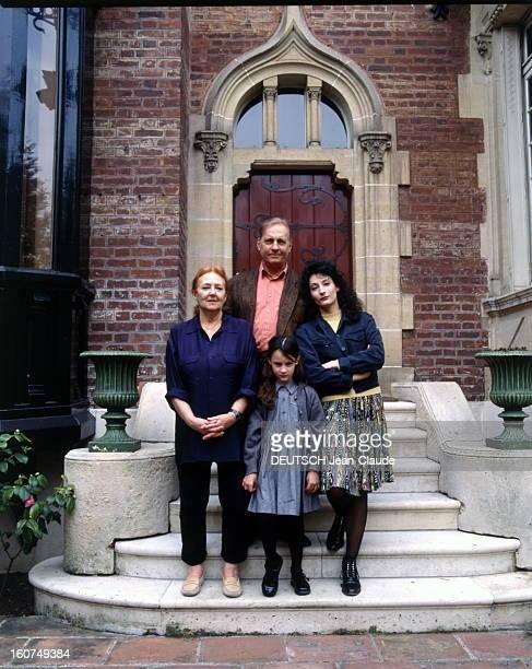 Rendezvous With Michel Serrault With Familly Michel SERRAULT sur le perron de sa maison de Neuilly avec son épouse Nita sa fille Nathalie qui joue à...