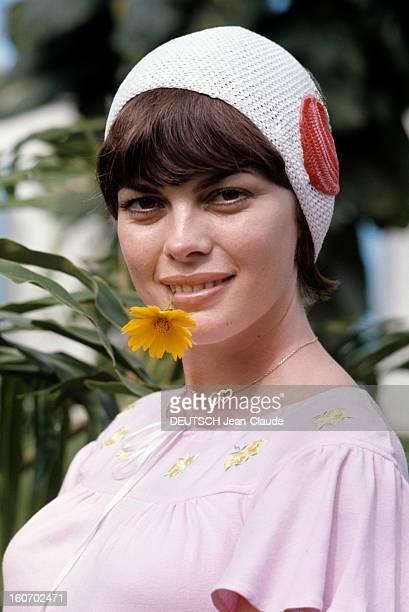 Rendezvous With Mireille Mathieu In Brazil Au Brésil en octobre 1972 portrait de Mireille MATHIEU une fleur jaune entre les dents vêtu d'un haut rose...