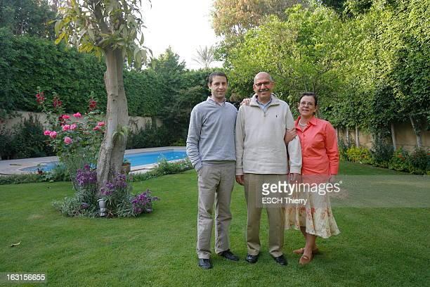 Rendezvous With Mohamed Elbaradei. Le prix Nobel de la paix 2005, Mohamed EL BARADEI posant en famille dans le jardin de sa maison du Caire, entouré...
