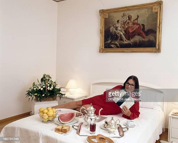 Rendezvous With Nana Mouskouri. A Athènes, Nana MOUSKOURI, allongée sur son lit devant un plateau de petit-déjeuner.