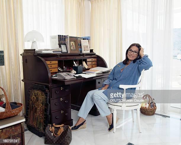 Rendezvous With Nana Mouskouri A Athènes Nana MOUSKOURI assise devant un secrétaire dans son appartement