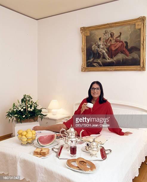 Rendezvous With Nana Mouskouri A Athènes Nana MOUSKOURI assise sur son lit devant un plateau de petitdéjeuner