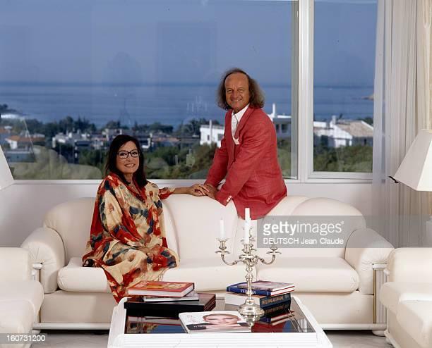 Rendezvous With Nana Mouskouri A Athènes Nana MOUSKOURI et son compagnon André CHAPELLE posant sur le canapé de leur salon donnant sur la mer