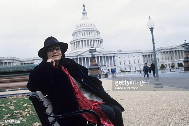 Rendezvous With Nana Mouskouri Décembre 1993 la chanteuse Nana MOUSKOURI ambassadrice de l'Unicef aux EtatsUnis A Washington portant un chapeau noir...