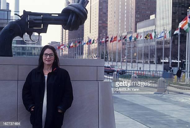 Rendezvous With Nana Mouskouri Décembre 1993 la chanteuse Nana MOUSKOURI ambassadrice de l'Unicef aux EtatsUnis A New York devant le siège des...