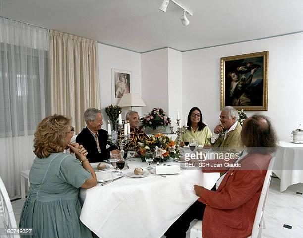 Rendezvous With Nana Mouskouri Le 26 juin 1998 Nana MOUSKOURI reçoit des amis à dîner dans son appartement d'Athènes après avoir donné un concert en...