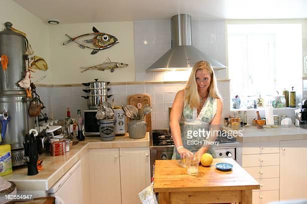 Rendezvous With Natasha Regnier On Holiday In Britain Attitude souriante de Natacha REGNIER pressant des pamplemousses dans la cuisine d'une maison à...