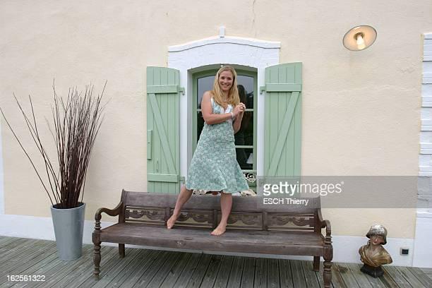 Rendezvous With Natasha Regnier On Holiday In Britain Attitude souriante de Natacha REGNIER pieds nus debout sur un banc lui servant parfois de scène...