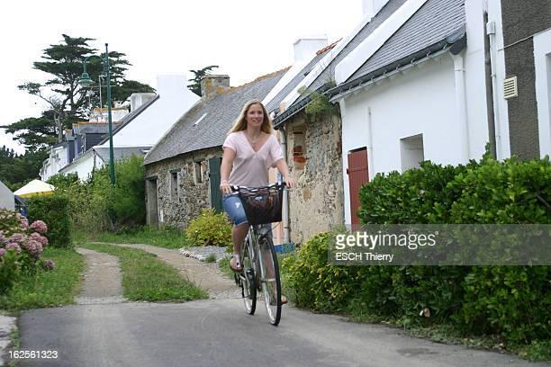 Rendezvous With Natasha Regnier On Holiday In Britain Attitude souriante de Natacha REGNIER faisant du vélo à BELLEILE