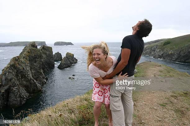Rendezvous With Natasha Regnier On Holiday In Britain Attitude riante de Natacha REGNIER dans les bras de son compagnon Guillaume BOUNAUD devant les...