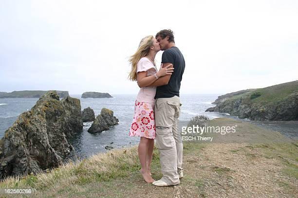 Rendezvous With Natasha Regnier On Holiday In Britain Natacha REGNIER dans les bras de son compagnon Guillaume BOUNAUD s'embrassant devant les...