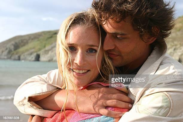 Rendezvous With Natasha Regnier On Holiday In Britain Plan de face souriant de Natacha REGNIER blottie contre son compagnon Guillaume BOUNAUD la...