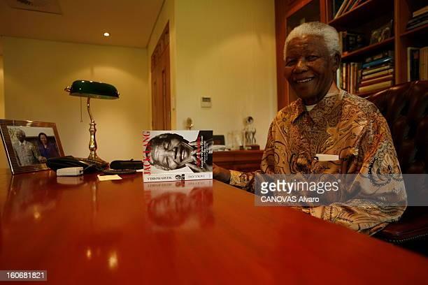 Rendezvous With Nelson Mandela In Johannesburg Attitude souriante de Nelson MANDELA assis dans le bureau de sa fondation à JOHANNESBURG avec posé sur...