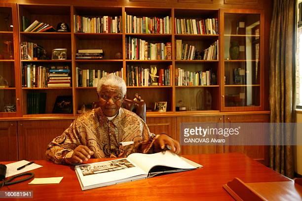 Rendezvous With Nelson Mandela In Johannesburg Attitude souriante de Nelson MANDELA de face assis dans le bureau de sa fondation à JOHANNESBURG...