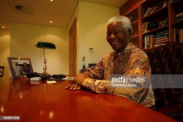 Rendezvous With Nelson Mandela In Johannesburg Attitude souriante de Nelson MANDELA assis dans le bureau de sa fondation à JOHANNESBURG