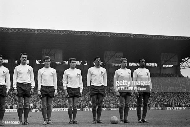 Rendezvous With Nestor Combin Le 26 avril 1964 au Stade olympique YvesduManoir à Colombes en France l'équipe de France de football avec de gauche à...