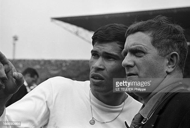 Rendezvous With Nestor Combin Le 26 avril au Stade olympique YvesduManoir à Colombes en France portrait du footballeur français Nestor COMBIN avec le...