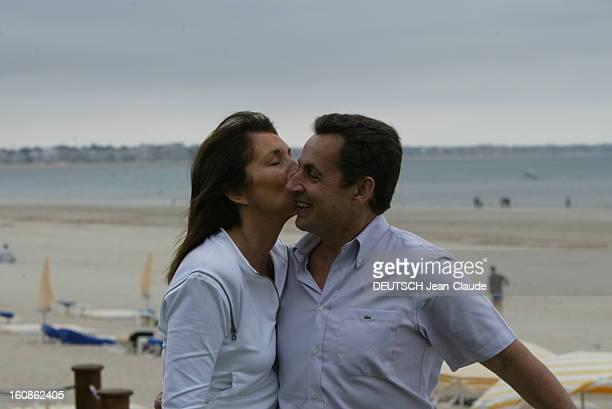 Rendezvous With Nicolas Sarkozy And Cecilia With Family In La Baule Cécilia SARKOZY de profil embrassant sur la joue son mari Nicolas sur la plage de...