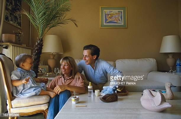 Rendezvous With Nicolas Sarkozy Mayor Of Neuilly With Family Nicolas SARKOZY avec son épouse Marie et leur fils Pierre dans leur appartement de...