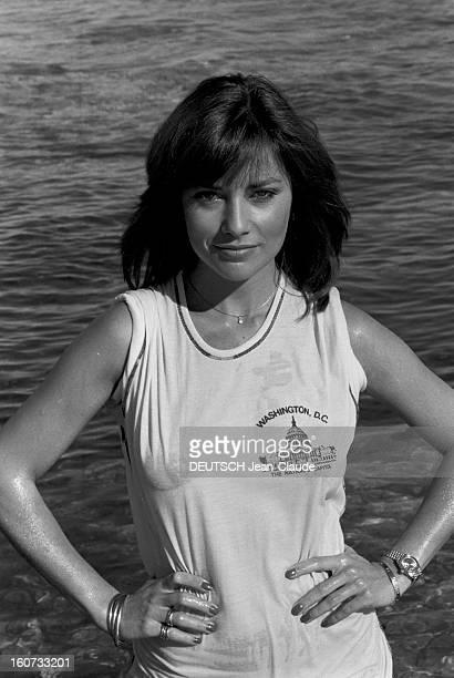 Rendezvous With Nicole Calfan On Holiday In Djerba 1978 Djerba Portrait de l'actrice Nicole CALFAN vêtue d'un Teeshirt mouillé sur la plage