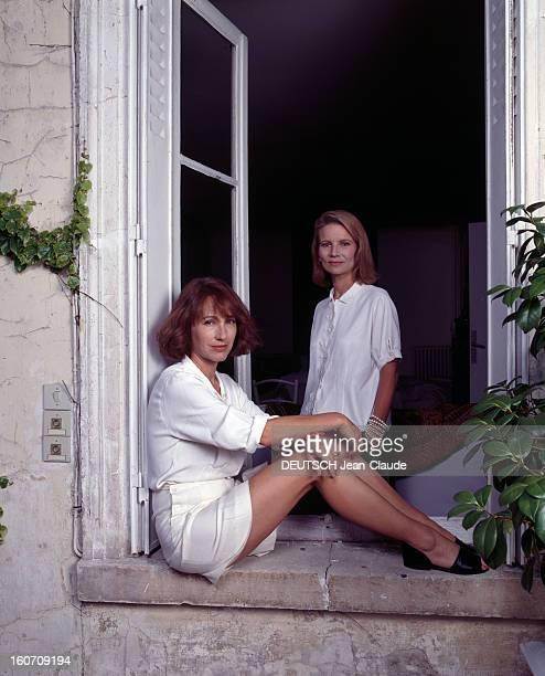 Rendezvous With Nicole Garcia Yvelines CarrièressurSeine Juillet 1980 Nicole GARCIA debout dans une pièce de sa maison vêtue d'un chemiser blanc en...
