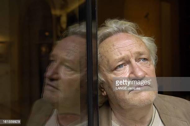 Rendezvous With Niels Arestrup Plan de troisquarts de Niels ARESTRUP réalisateur du film 'Le candidat' appuyé à une vitre reflétant son visage