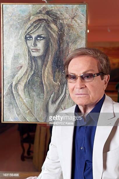 Rendezvous With Orlando ORLANDO posant devant un tableau représentant sa soeur DALIDA morte il y a 25 ans le 3 mai 1987 dans son appartement avenue...