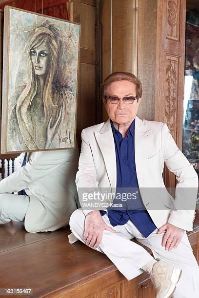 Rendezvous With Orlando Plan de face d'ORLANDO posant assis sur un meuble chez lui dans son appartement avenue Junot à Montmartre PARIS devant un...