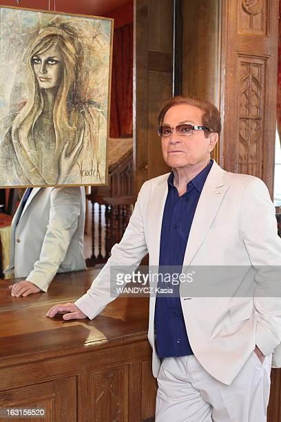 Rendezvous With Orlando Plan de troisquarts d'ORLANDO posant debout dans son appartement avenue Junot à Montmartre PARIS à côté d'un tableau...